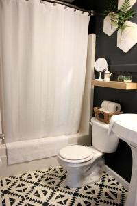 small eclectic modern bathroom with stenciled tile